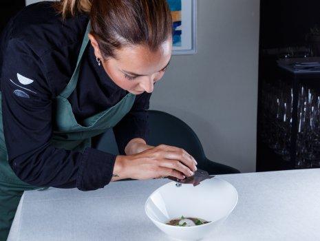 maria-amailia-lescaves-preparazione-piatti-con-tartuffo