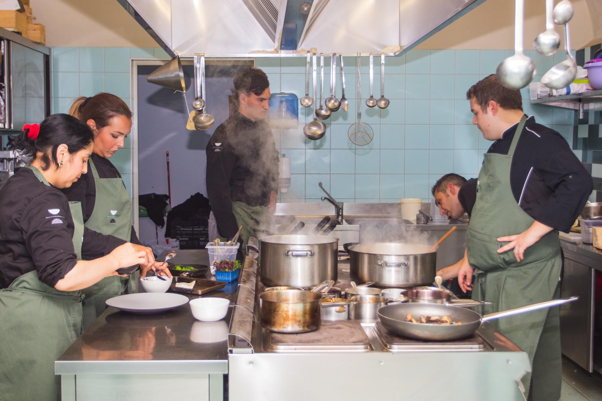 servizio-in-cucina-ristorante-les-caves